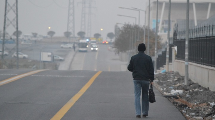 В Новосибирске полиция нашла гулявшего по проезжей части мужчину