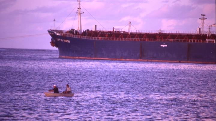 Двое моряков погибли, один пропал после взрыва на танкере Залив Америка