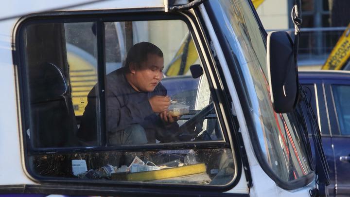 Наши согласны и на меньшее: Водители-мигранты требуют зарплату почти в 60 тысяч рублей - исследование
