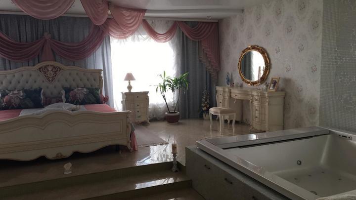 Отправленная под арест завхоз мэрии Новосибирска заработала на дворец с джакузи в спальне