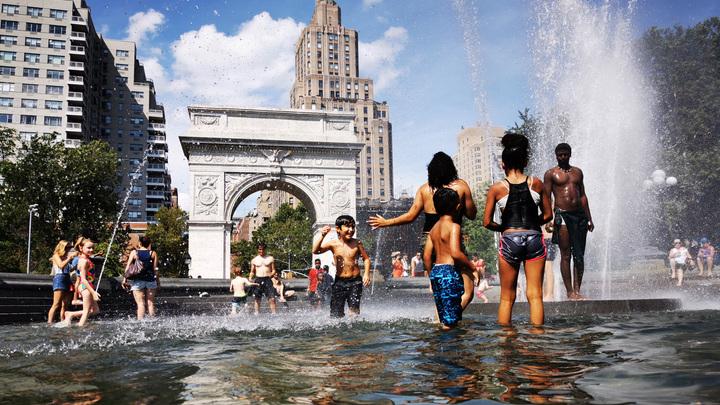 Лишенные кондиционеров в 38-градусную жару жители Нью-Йорка спасаются в фонтанах