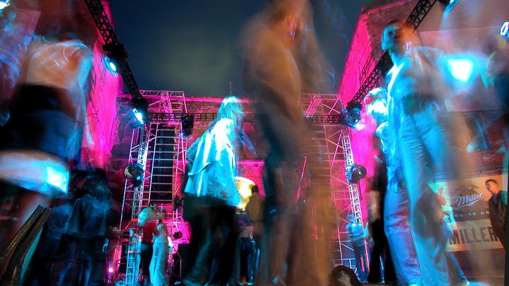 После танцев в госпиталь? В Новосибирске вопреки карантину отгремела массовая дискотека