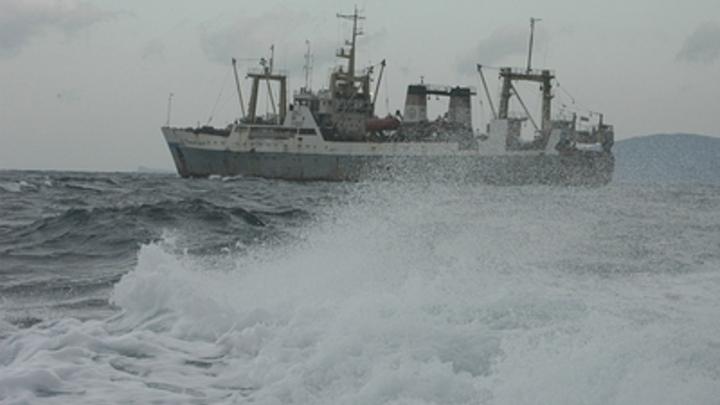 В Охотском море загорелся траулер. На борту - почти полсотни человек