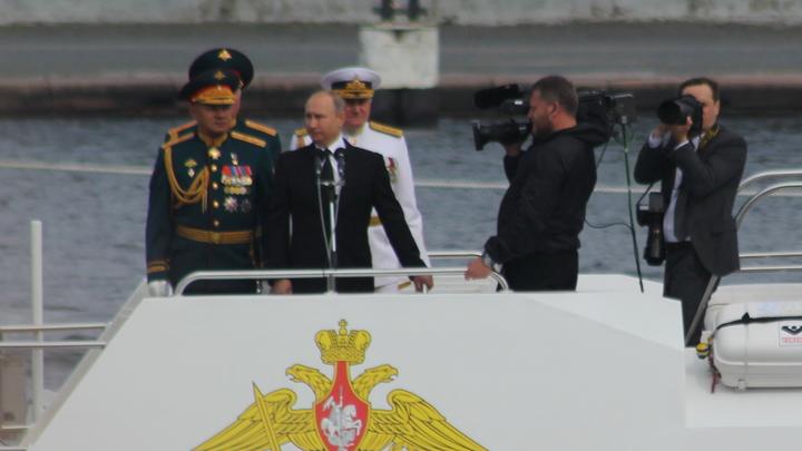 «История мужества, смелости идуха»: Путин поблагодарил моряков ВМФ заслужбу
