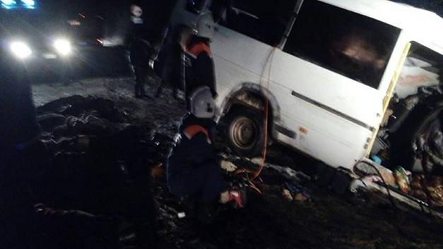 ДТП в Коми: семь человек пострадали при столкновении Нивы с микроавтобусом