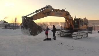 Работники золотого прииска покатались на карусели из экскаватора в 37-градусный мороз