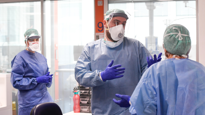 Закрывайте глаза и уши: Учёные назвали редкий симптом заражения коронавирусом