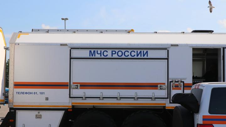 Столб огня и летящие искры: Очевидцы показали видео пожара на западе Москвы