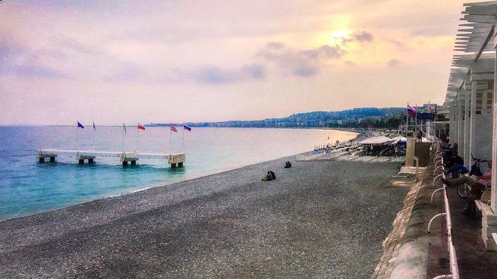 Власти Ниццы призвали не пугаться пятиметрового провала на пляже