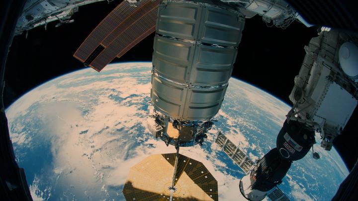 ЦРУ, Чужие, псих на борту: Абсурд в космосе разрастается