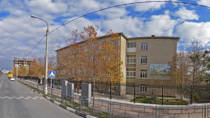 Школьные разборки: в новороссийской гимназии директор избила завхоза, а тот заявил на нее в полицию