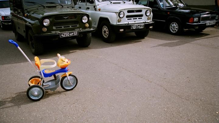 В поселке в Ростовской области машина сбила трехлетнего мальчика на велосипеде