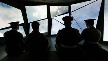 Не служба, а рай: В армию Великобритании зазывают истериков и супергероев