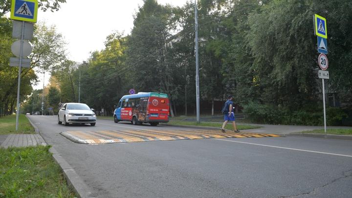 В Новочеркасске 8-летняя школьница попала под машину, перебегая дорогу