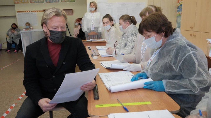 Народный артист Дмитрий Харатьян проголосовал на родине в Красногорске