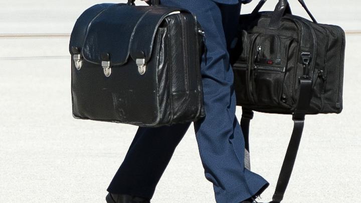 Байдену несут ядерный чемоданчик: Уникальное видео из Белого дома
