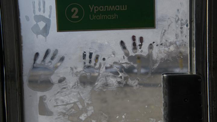 Дистанцию никто не держит: Метро Екатеринбурга встало в очередях