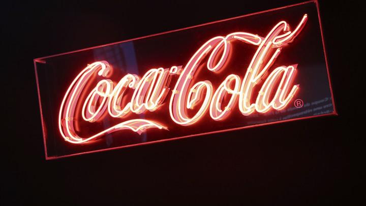 Осторожно - Coca-Cola: Парень нашел на дне бутылки с газировкой мерзкий сюрприз - видео