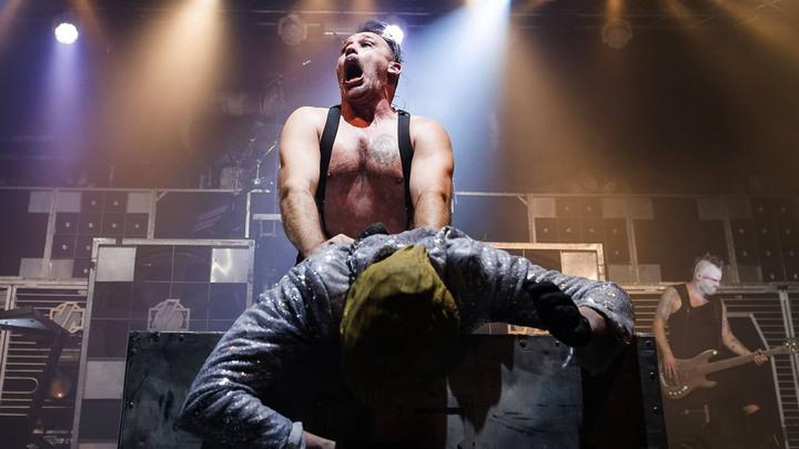 Германия превыше России: Новый клип Rammstein вызвал скандал издевательствами над Россией, Холокостом и запрещенной Песней немцев