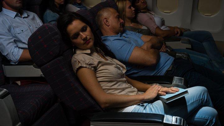 Это многократно усиливает панику: В Сети требуют запретить авиакомпаниям рассаживать семьи