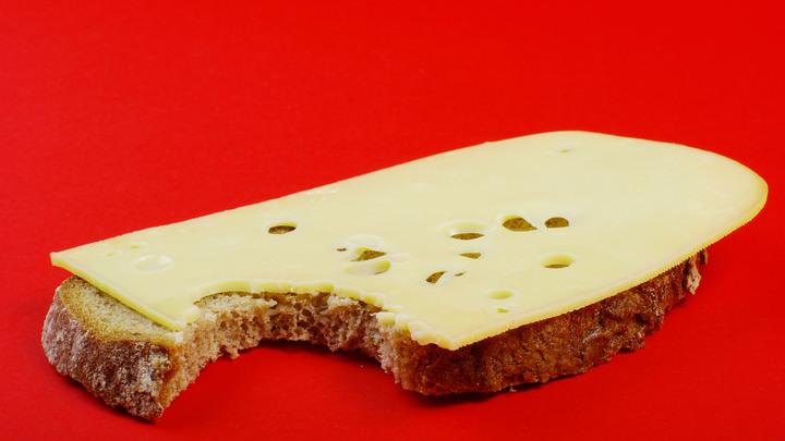 Фальшивому сыру приготовиться: В России начали маркировать молочку