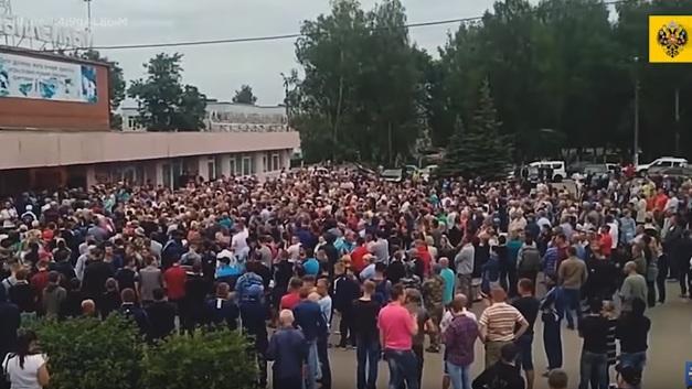 Русские боятся, а цыгане ходят победителями: Чемодановка закипает в ожидании новой войны