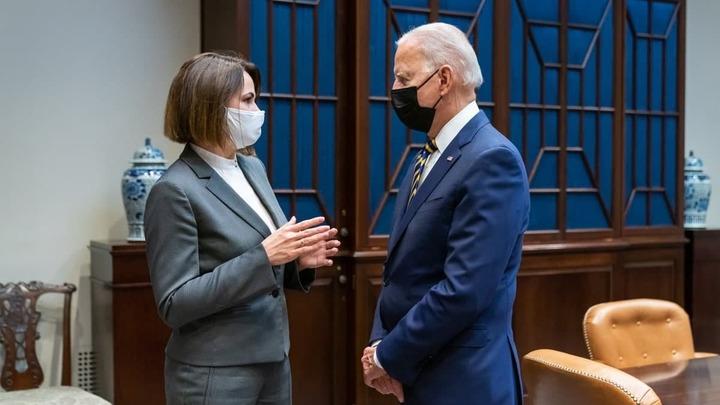 Маска к маске: Тихановская встретилась с Байденом