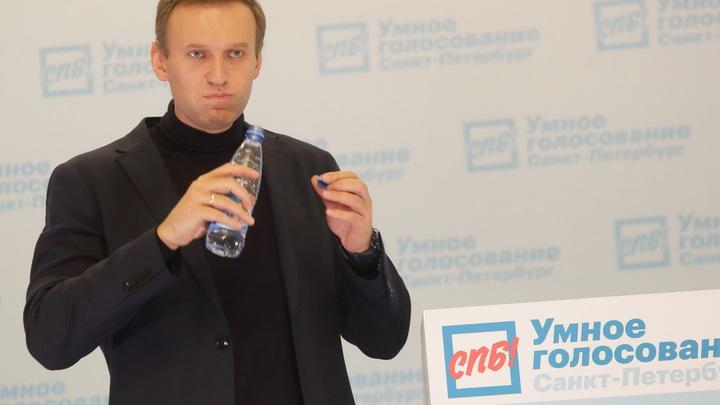Ушёл в туалет и…: Появилось душераздирающее видео из самолёта с Навальным