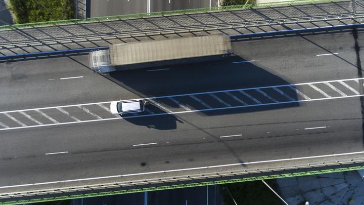 Две секунды на чудесное спасение: Под Владимиром часть моста едва не похоронила водителя легковушки