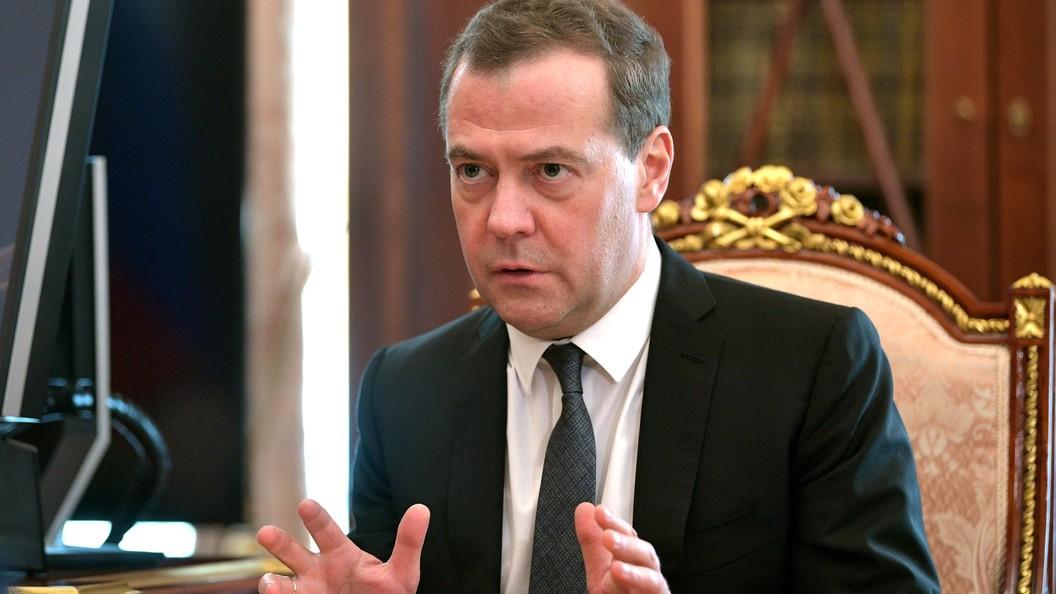 Медведева попросили вернуть реализацию водки наАЗС