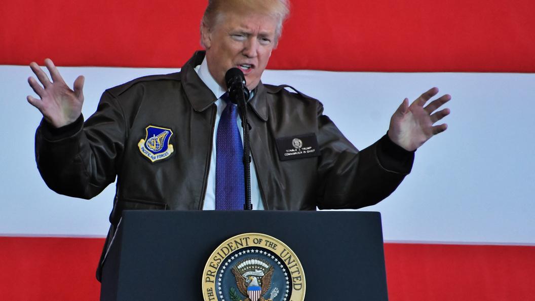 Показавшую средний палец Трампу американку выгнали сработы