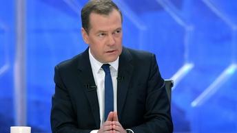 Не продержались и 4 года: Медведев снова поднял зарплату чиновникам