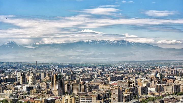 В Армении замолкло главное радио страны: Протестующие взяли штурмом здание радиостанции