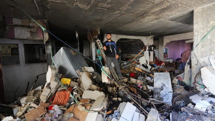 Израиль обрушил многоэтажку в Газе. Кадры уничтожения 11-этажного здания попали на видео