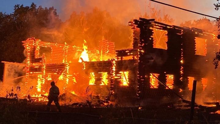 В Самарской области горит турбаза в селе Ягодное: видео пожара