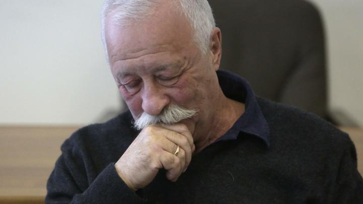 Возвращался с отдыха: 74-летнего Якубовича заметили в инвалидном кресле