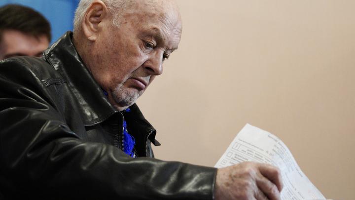 Украинские избиратели подают сигнал SOS и голосуют под дулами автоматов - фото