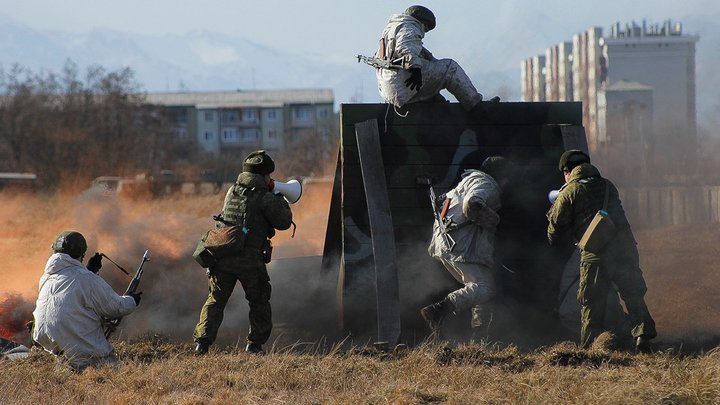Защищать и лечить: В России разрабатывают защитный костюм, который окажет солдату медпомощь
