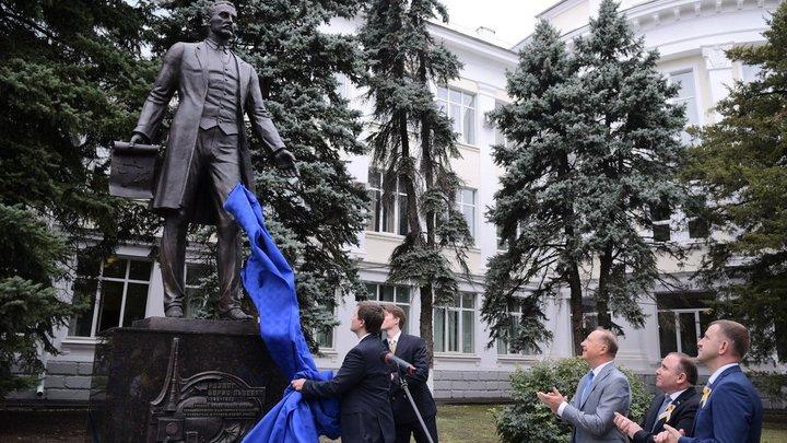 В Краснодаре открыли памятник изобретателю телевидения и основателю КубГТУ Борису Розингу
