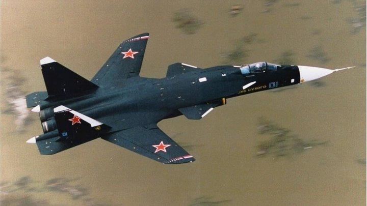 Таинственный Су-47 с крыльями обратной стреловидности удивил гостей МАКС-2019 - СМИ