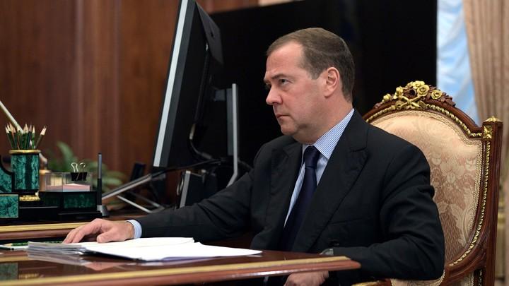 Медведев заявил о том, что Россию обложили у границ