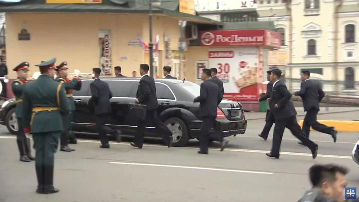 Бегущие охранники Ким Чен Ына прокололись с лимузином во Владивостоке - видео