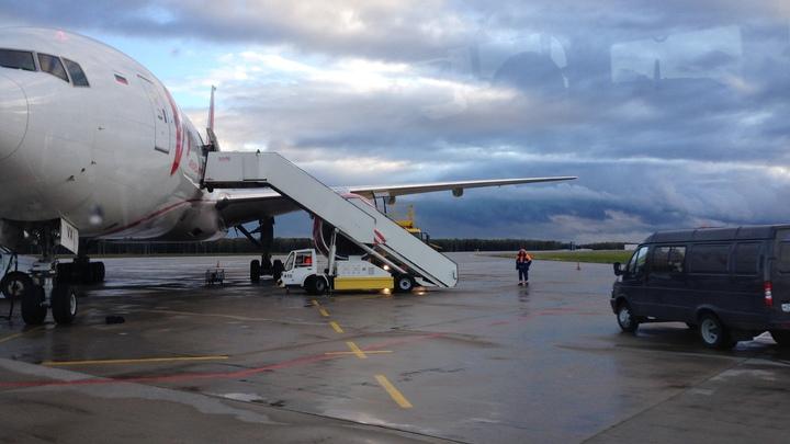 Извержение вулкана заперло тысячи людей в аэропорту в Бали - видео