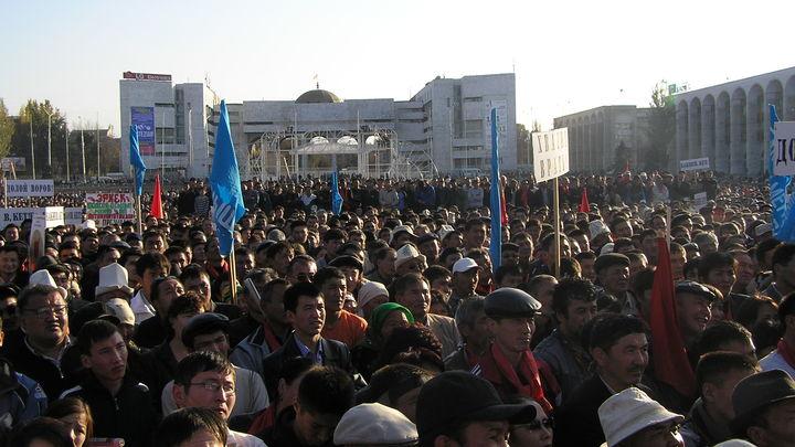 Протестующие устроили побоище в центре Бишкека. В ход идут камни, пули и бутылки
