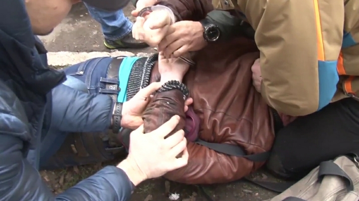 ФСБ нашла у подпольных оружейников атрибутику запрещенной Артподготовки