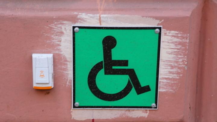 В Курске полсотни детей-инвалидов заселили в интернат без лифтов: Карабкаются по лестнице сами