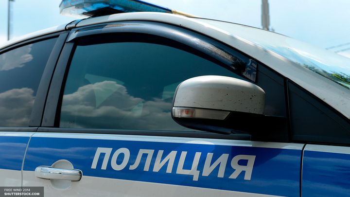 У банка в центре Москвы двое вооруженных людей открыли огонь - источник