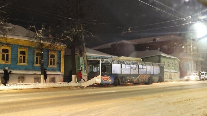 В центре Владимира автобус врезался в столб, есть пострадавшие