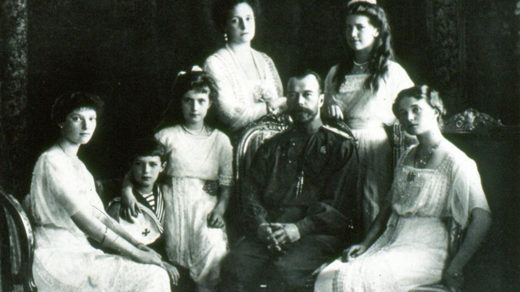 Видео: Тысячи людей пришли почтить память Николая II и его семьи в Екатеринбурге