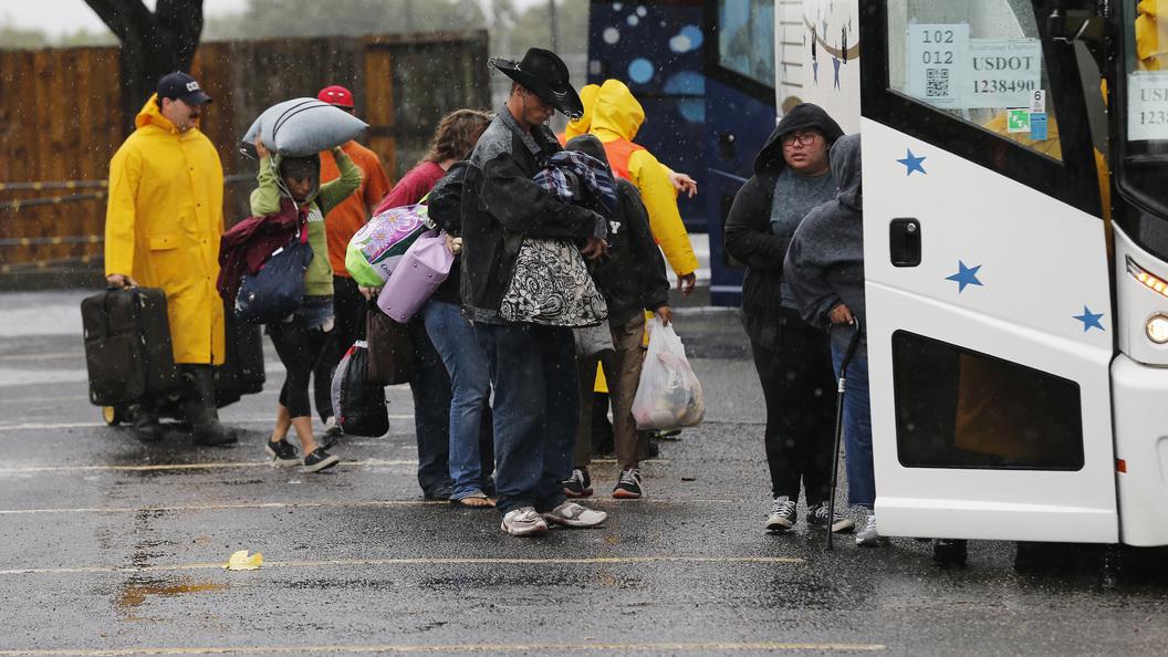 Порывы ветра в центре урагана Харви достигают 215 км/ч